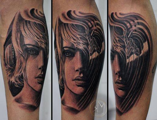 Frau Woman Girl Portrait Kopf Head Black Schwarz Tattoo Anansi München Marci Künstler Artist schön wunderschön