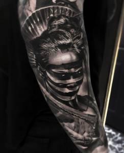tattoo anansi münchen studio best bestes bester artist tätowierer woman amazing portrait black schwarz  fighter kriegerin warrior