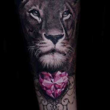 Löwe Portrait – mit Diamanten – starke Symbole dezent und freundlich dargestellt