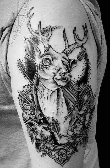 tattoo studio anansi münchen munich blackwork linework hirsch deer animal frau weiblich david best tätowierer schön