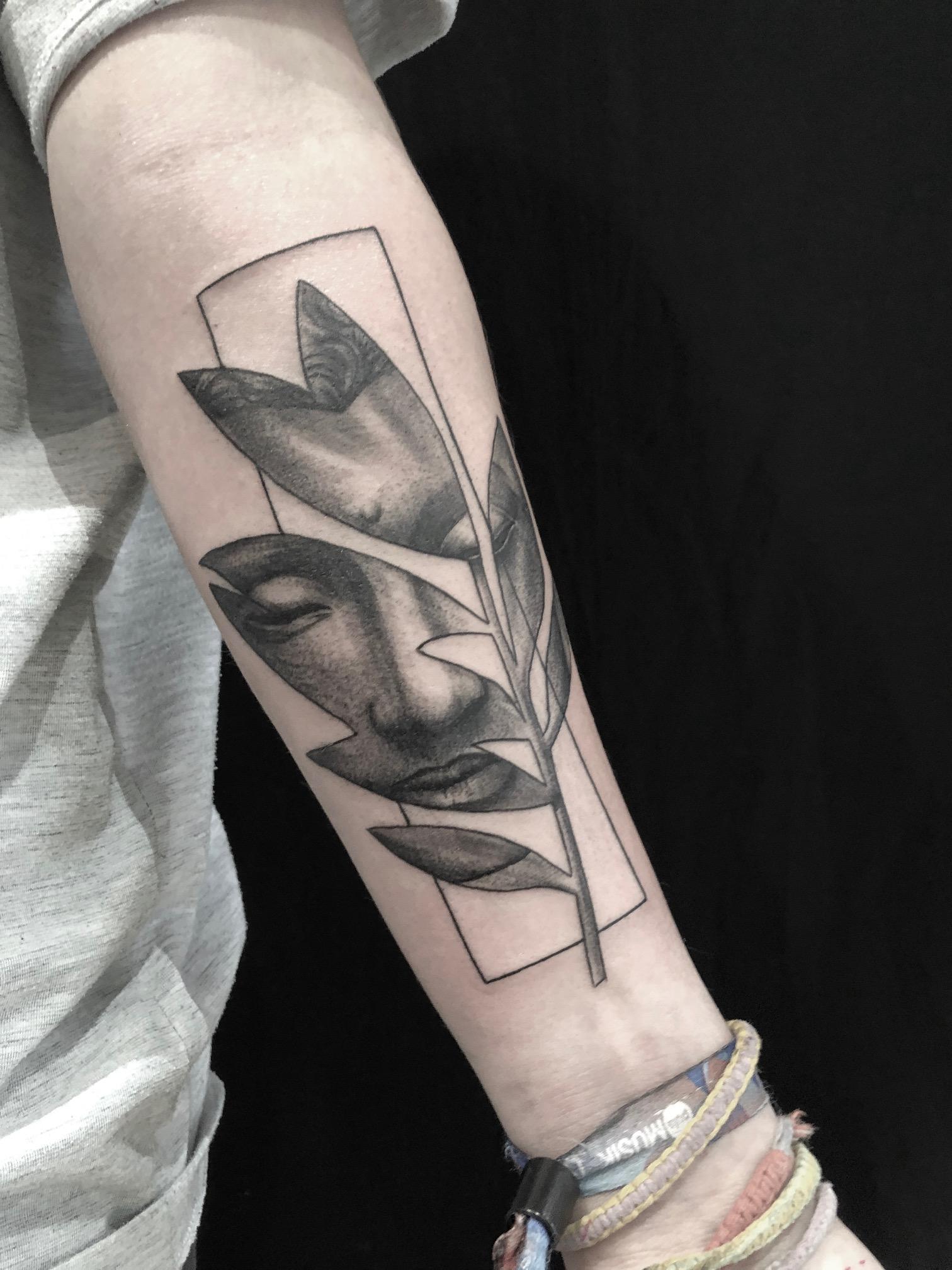 tattoo studio münchen anansi buddha black dot fineline work tätowierer laszlo