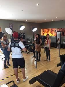 Sixx Horror Tattoo retten Cover Up mit Ronja Block bei Tattoo Anansi - hier Brigi am Bild