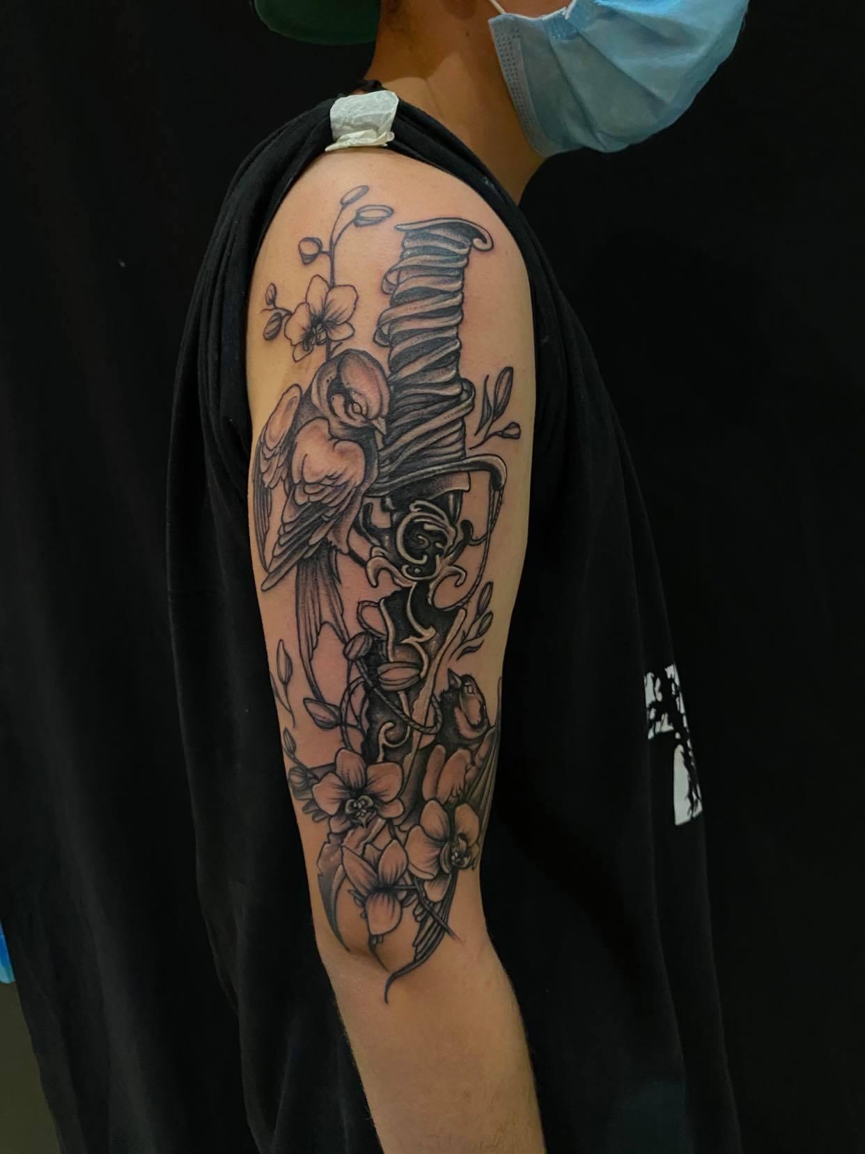 Tattoo Anansi München Artist David bird Vogel dagger Dolch Flowers Blumen