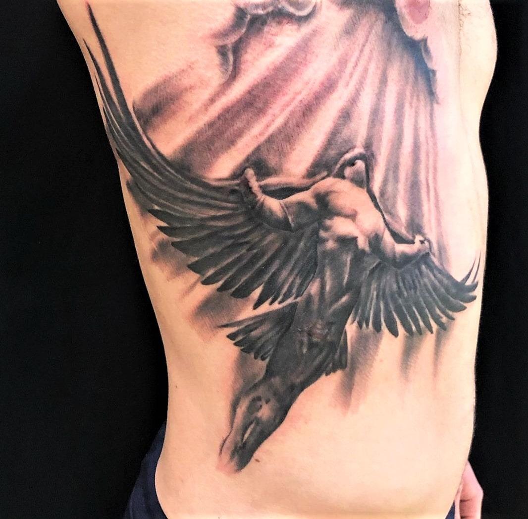 Tattoo Anansi München Artist Laszlo realisim Realismus black and grey angel Engel fly fliegen heaven Himmel