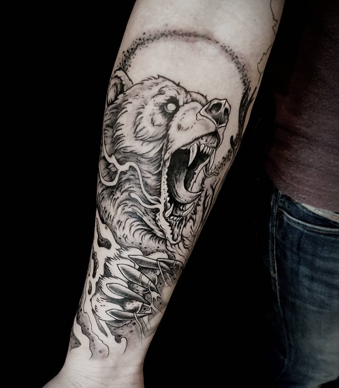 Tattoo Anansi München Artist David neotraditional black and grey bear Bär forarm