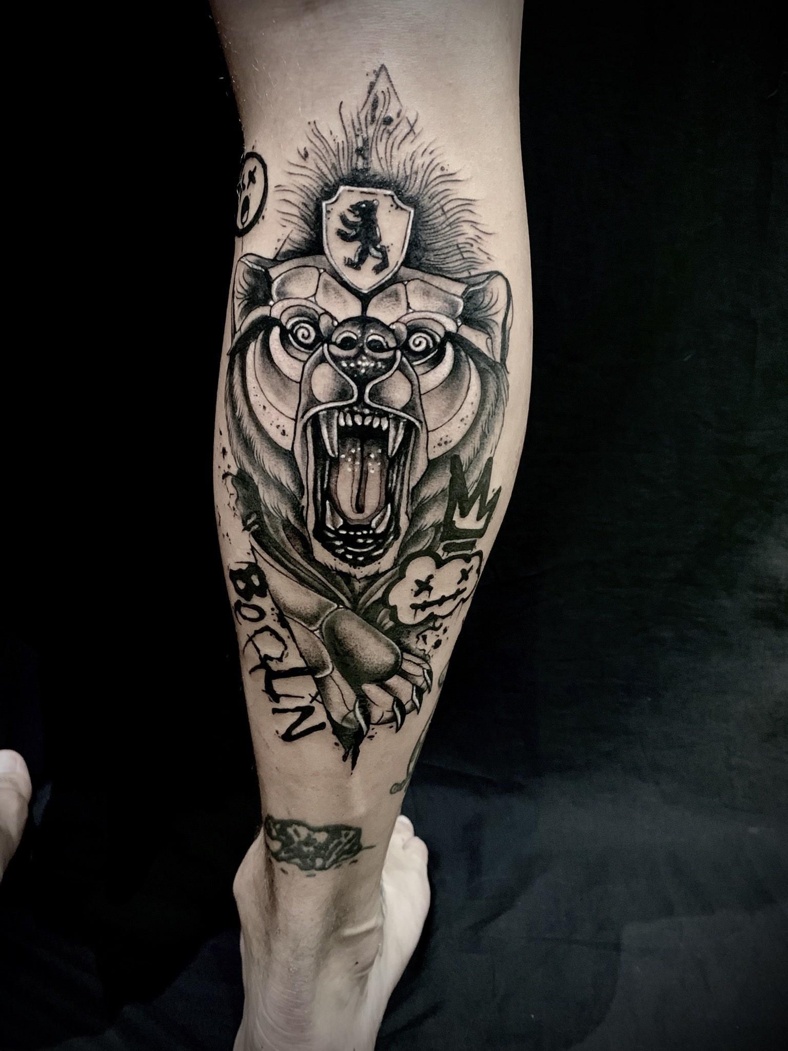Tattoo Anansi München Artist David neotraditional black and grey Bear Bär