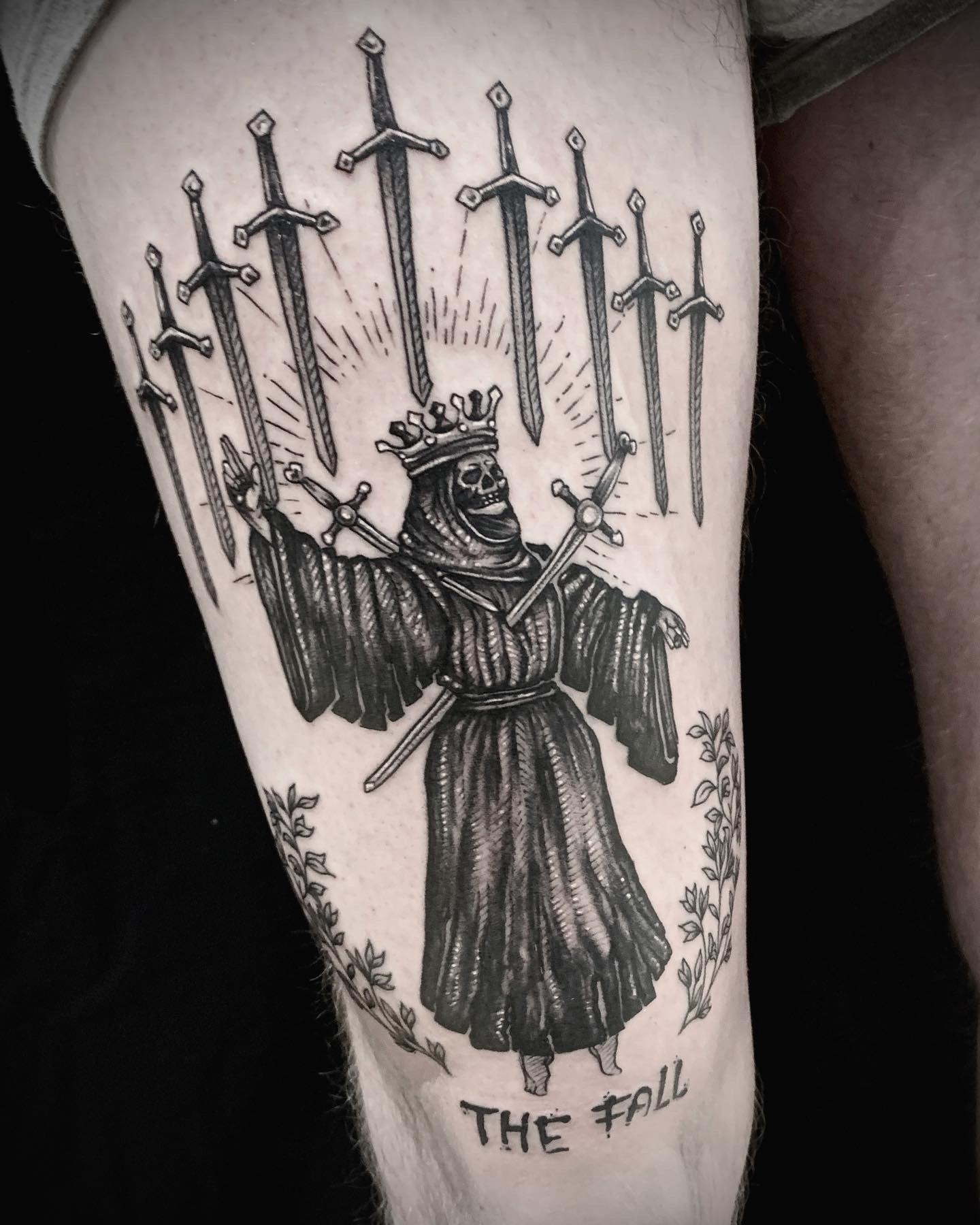 Tattoo Anansi München Artist David neotraditional black and grey death king König sword Schwert