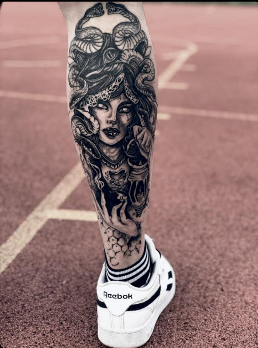 Tattoo Anansi München Artist David blackwork portrait woman Frau medusa snake schlange