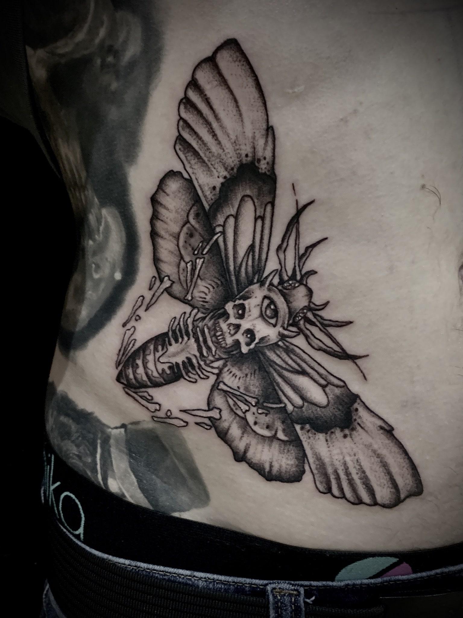 Tattoo Anansi München Artist David neotraditional black and grey moth Motte skull Totenkopf Totenkopfschwärmer
