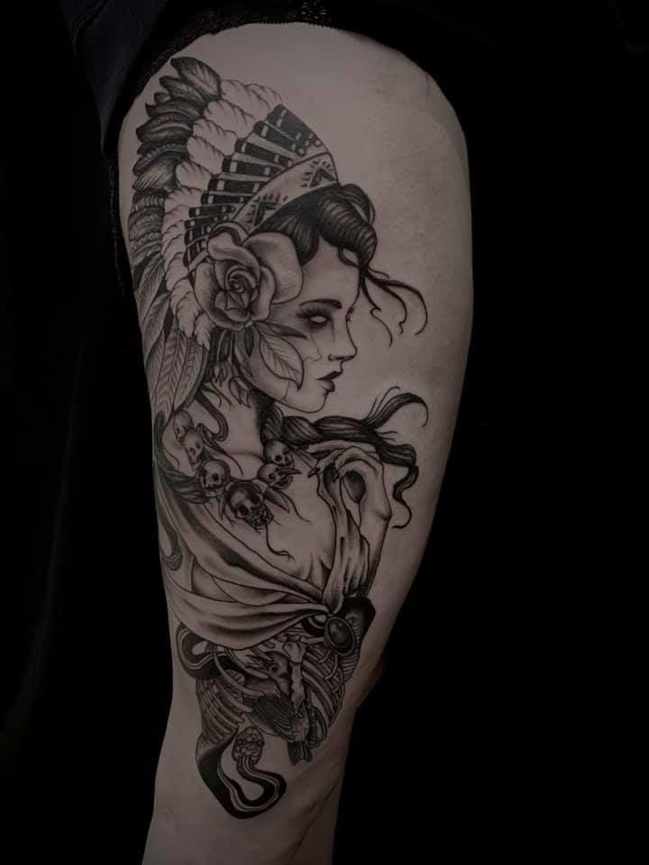 Tattoo Anansi München Artist David neotraditional black and grey woman Frau portrait nativ american warrior