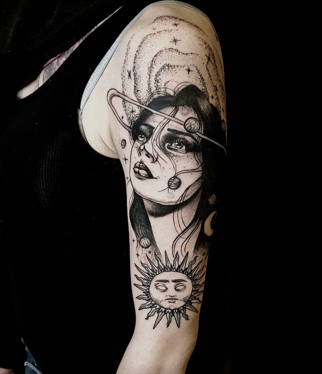 Tattoo Anansi München Artist David neoraditional black and grey portrait woman Frau sun universe
