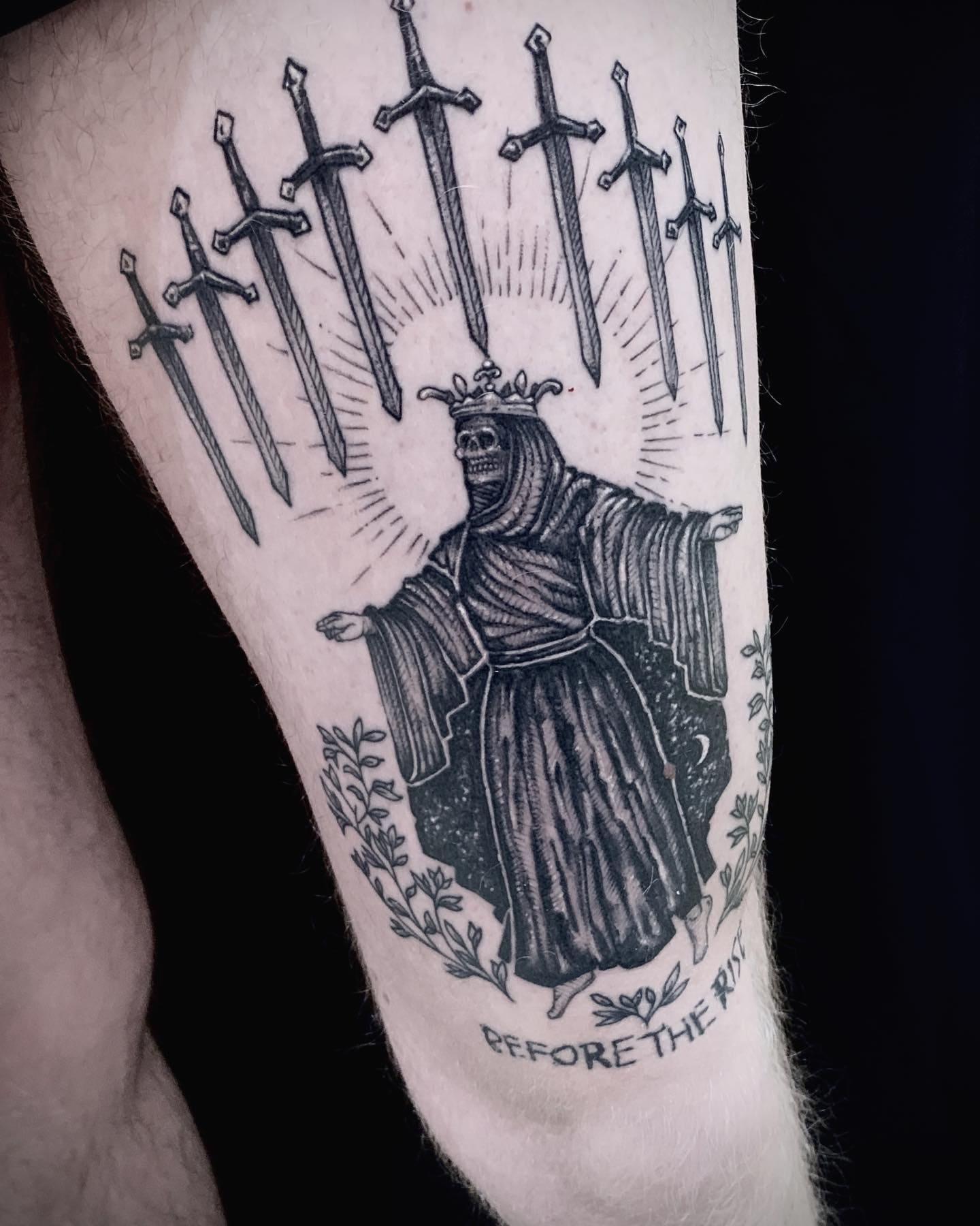 Tattoo Anansi München Artist David neotraditional black and grey queen Königin death halo heilig