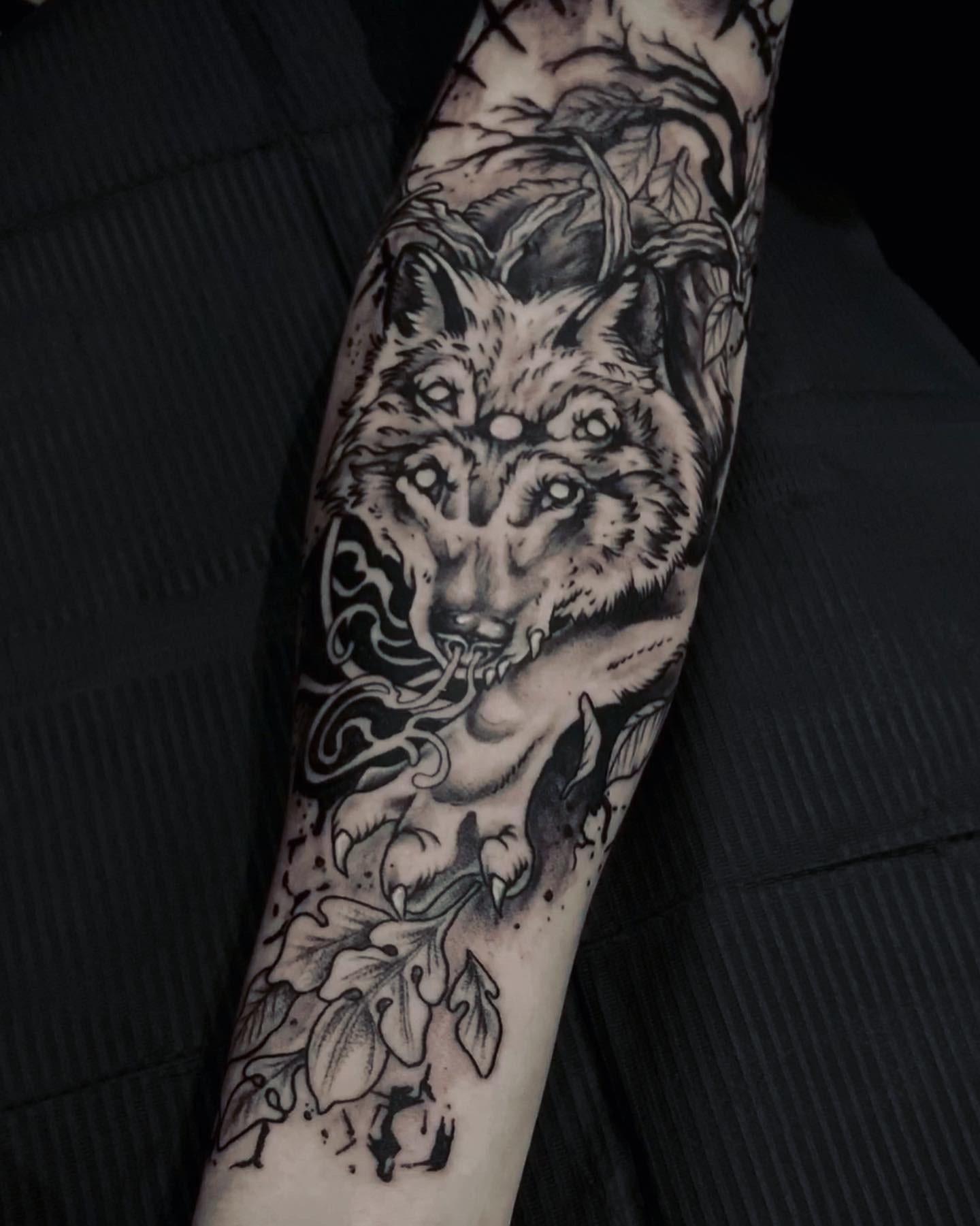 Tattoo Anansi München Artist David blackwork wolf demon Dämon