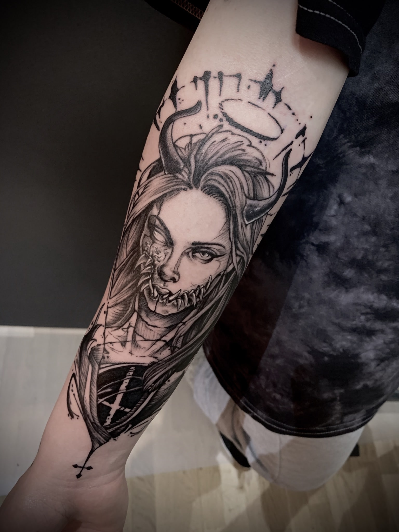 Tattoo Anansi München Artist David blackwork portrait woman Frau demon Dämon devil angel